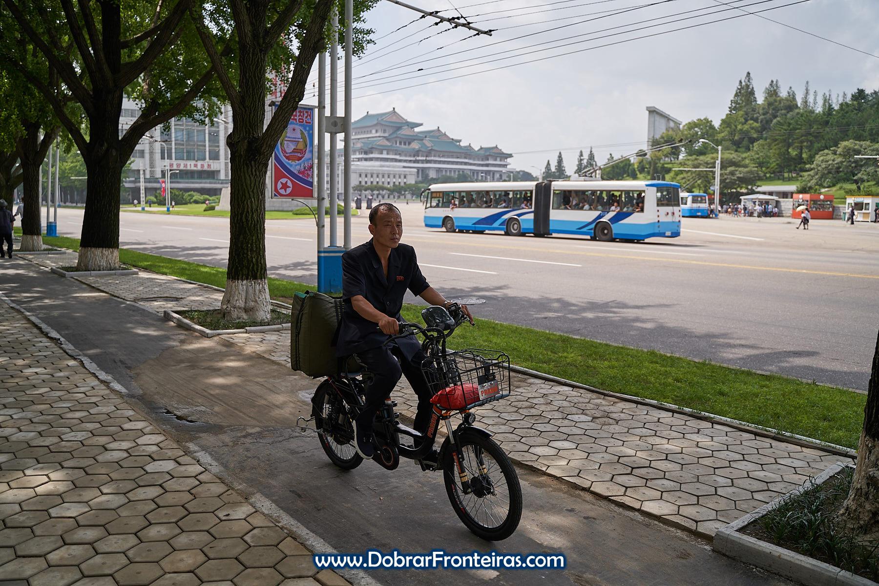Homem de mota em Pyongyang