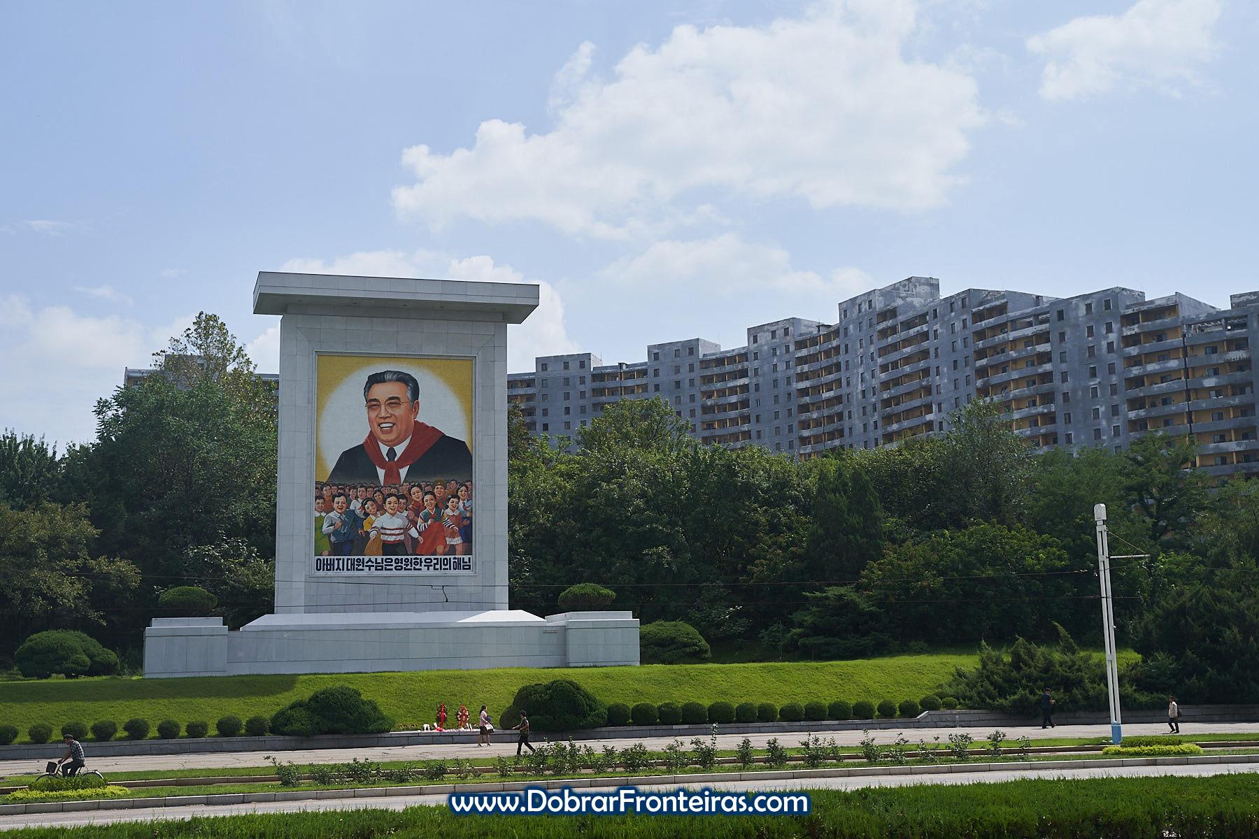 Mural de propaganda em rua de Pyongyang
