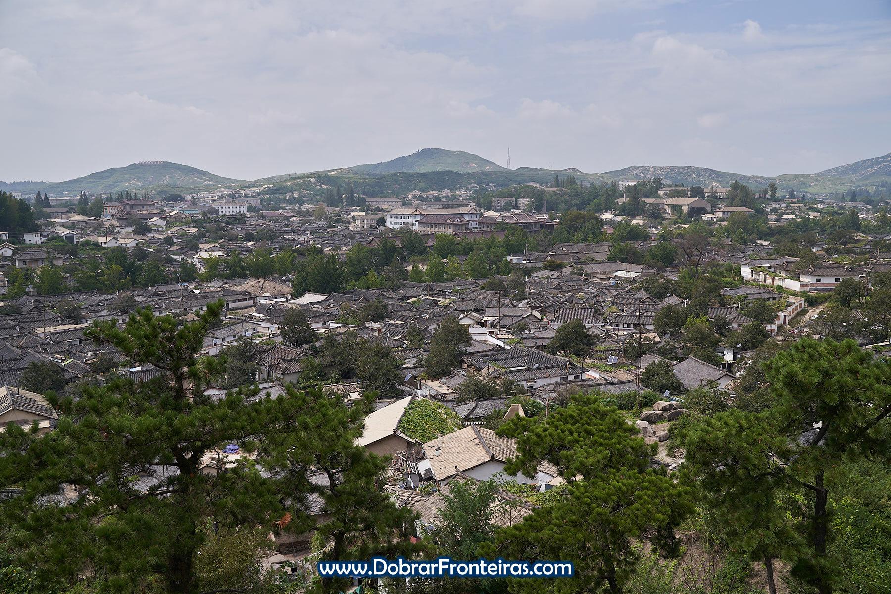 Grupo em vista panorâmica cidade velha Kaesong