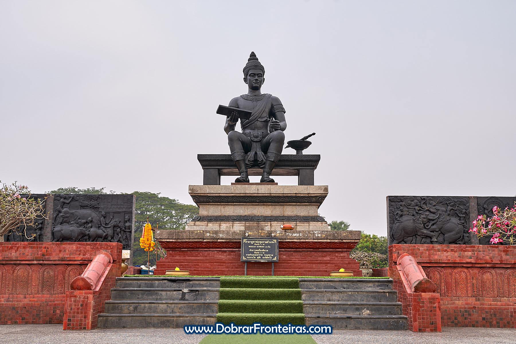 Monumento com estátua do rei Ram Khamhaeng em Sukhothai