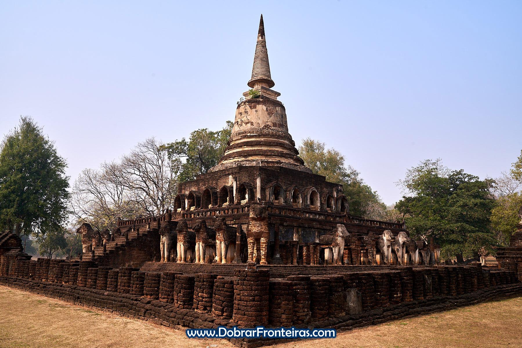 Estupa budista com elefantes
