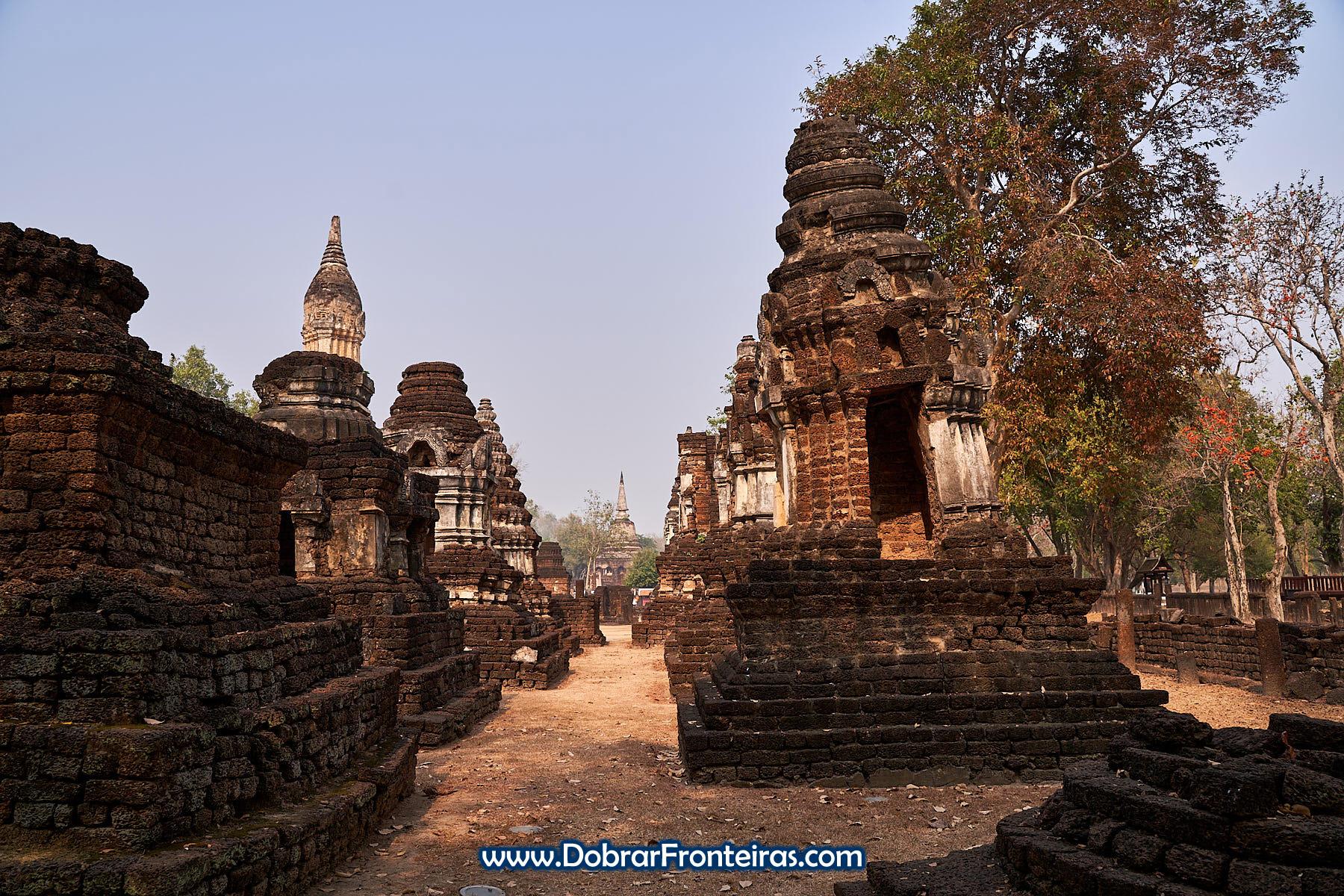 Estupas budistas de vários estilos no Wat Chedi Chet Thaeo