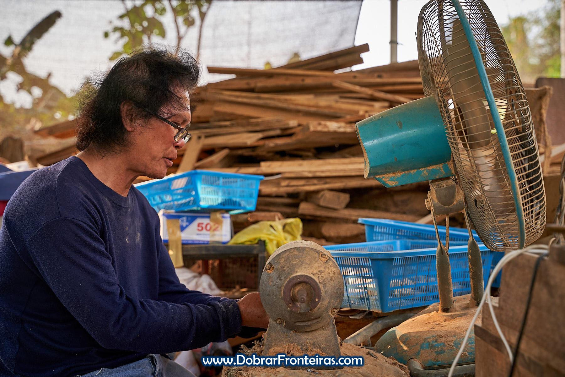 artesão de madeira na Tailândia