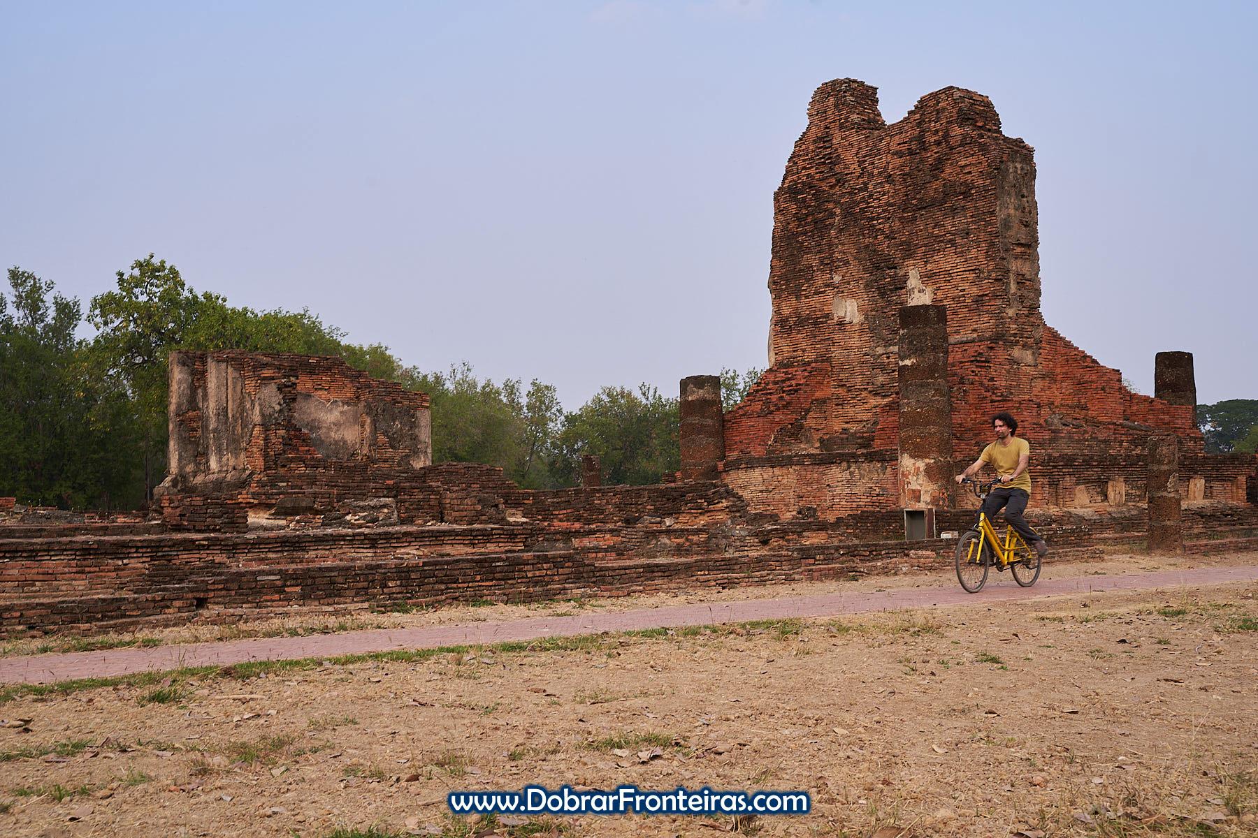 de bicicleta em visita às ruínas de Sukhothai