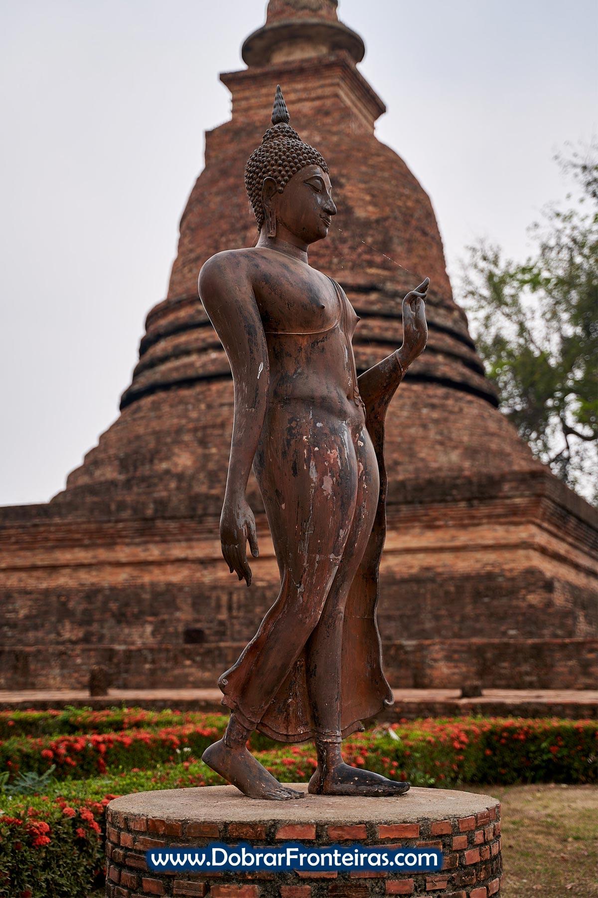 Estátua de Buda caminhando as ruínas de Sukhothai, Tailândia