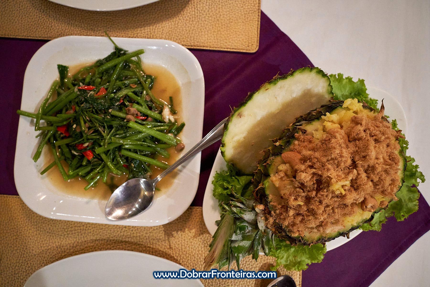 Comida tailandesa com vegetais, ananás e lã de carne