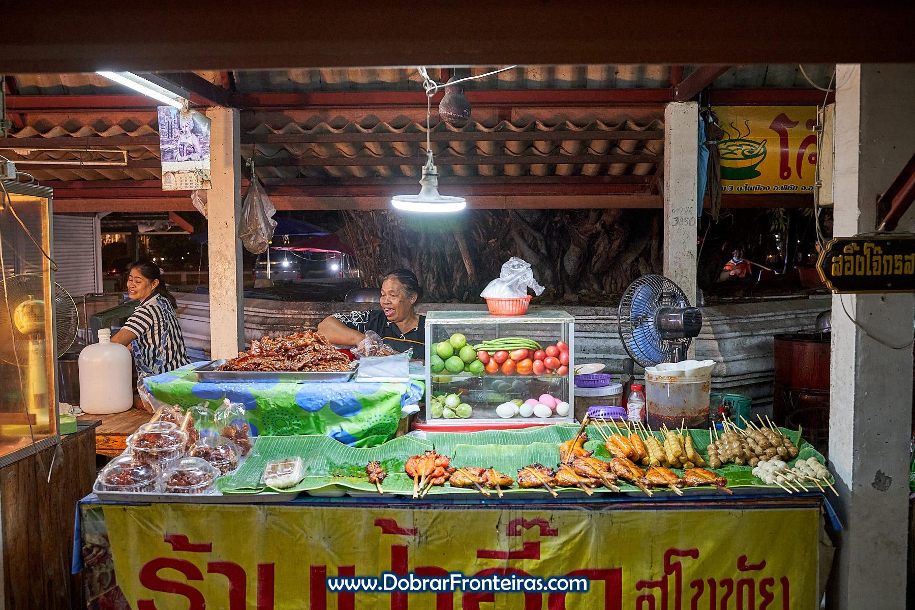mulher em banca em mercado nocturno