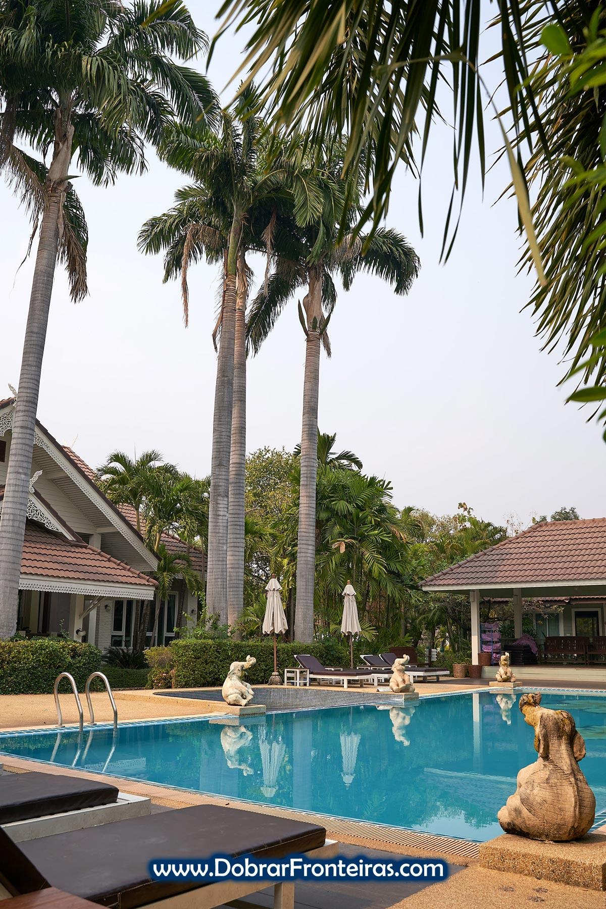 piscina com elefantes no hotel Le Charme Sukhothai