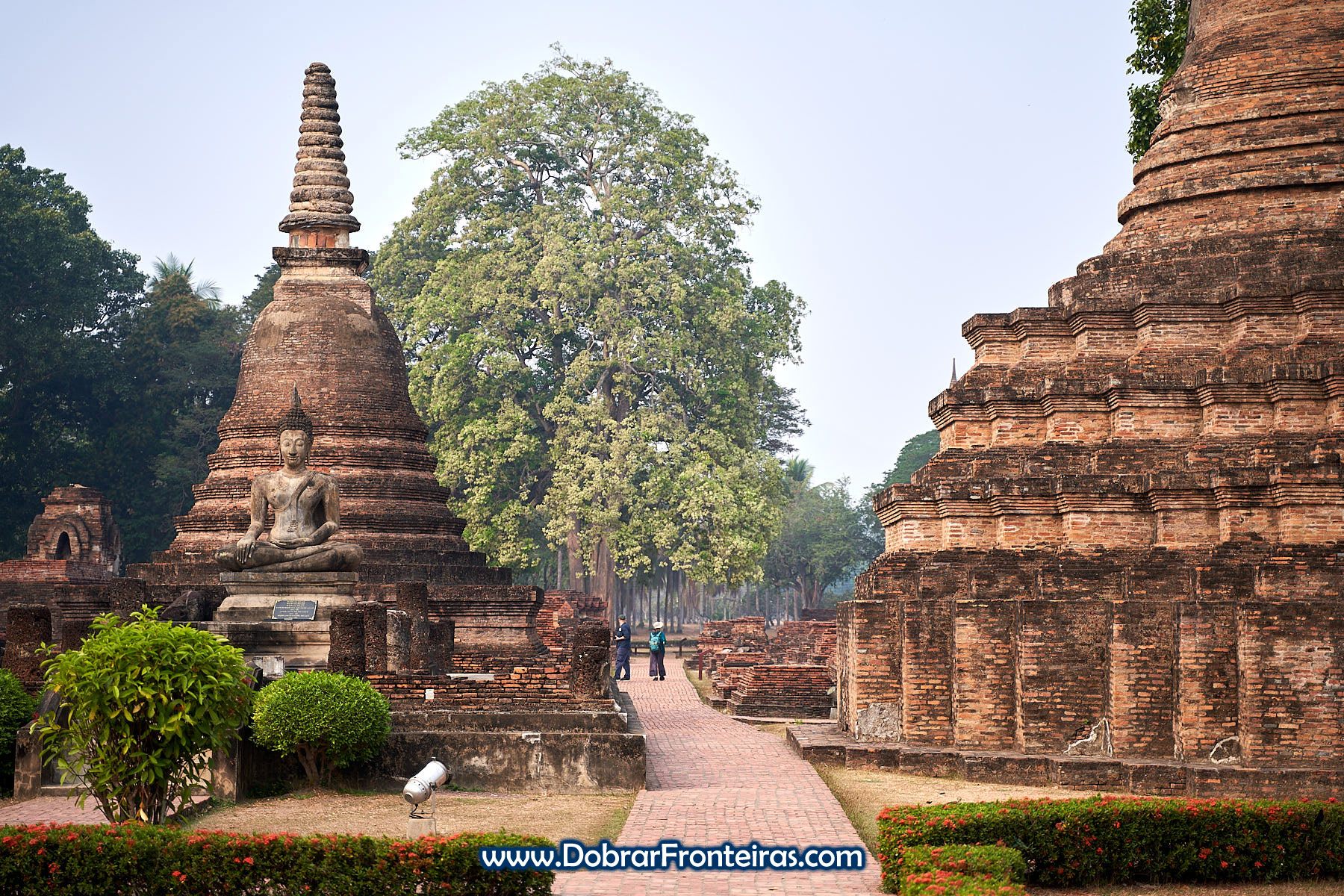 estátua de Buda e estupas de tijolo em Sukhothai, Tailândia