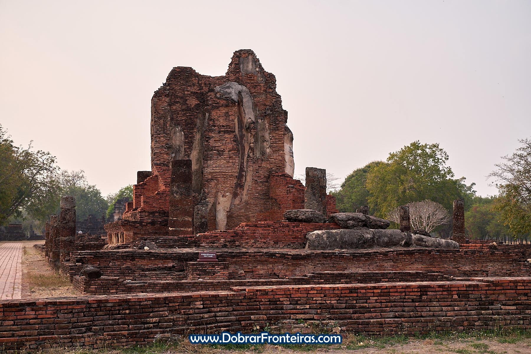 Ruínas de monumento budista em Sukhothai