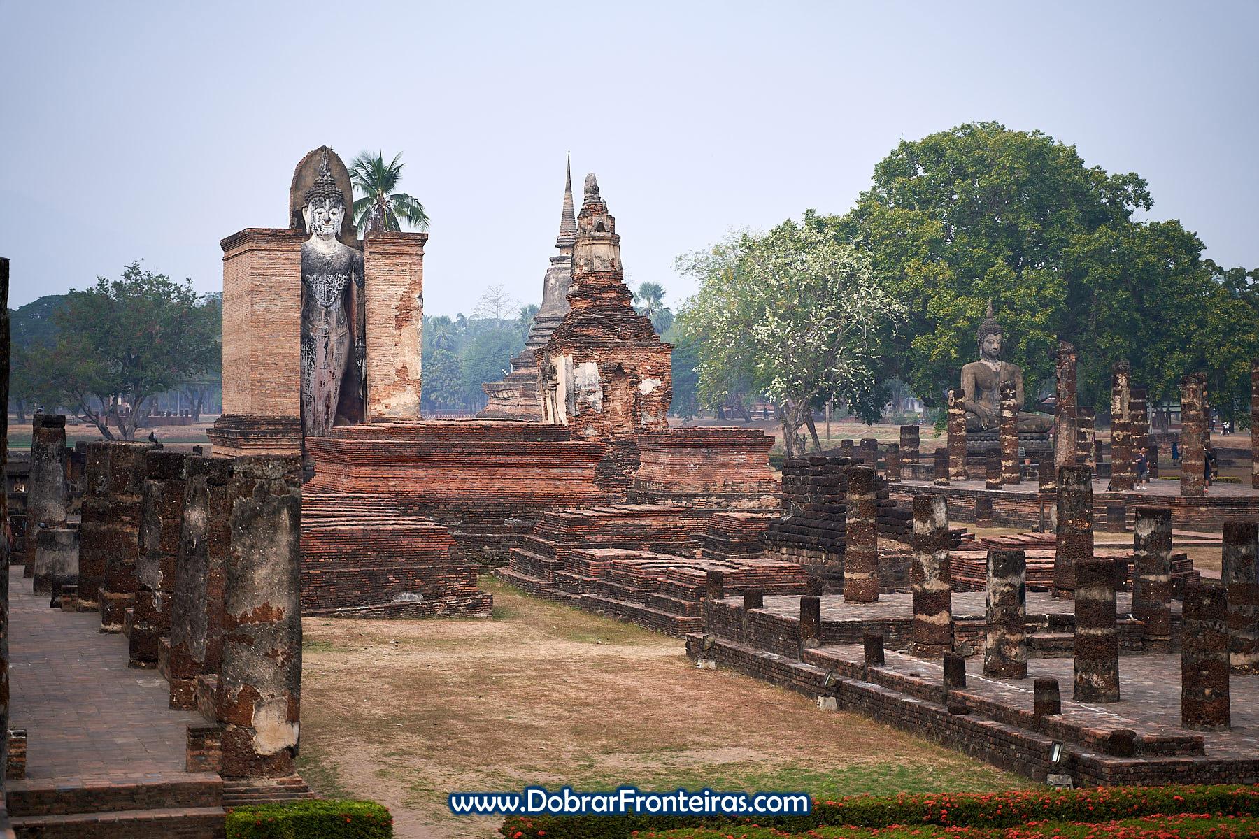 estátuas de Buda nas ruínas de Sukhothai