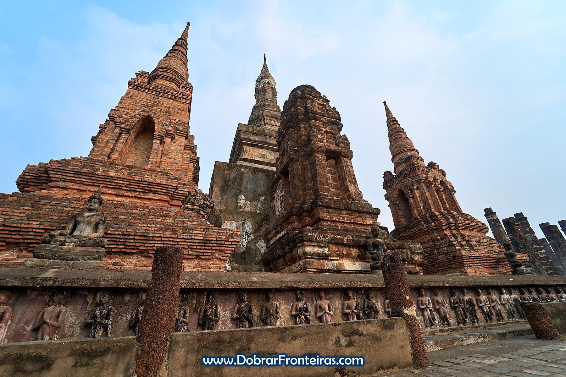 Estupas e templos budistas nas ruínas de Sukhothai