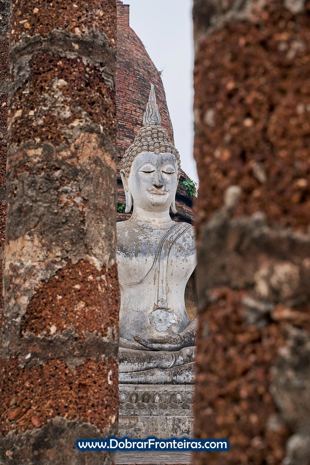 Estátua de Buda Sentado nas ruínas de Sukhothai, Tailândia