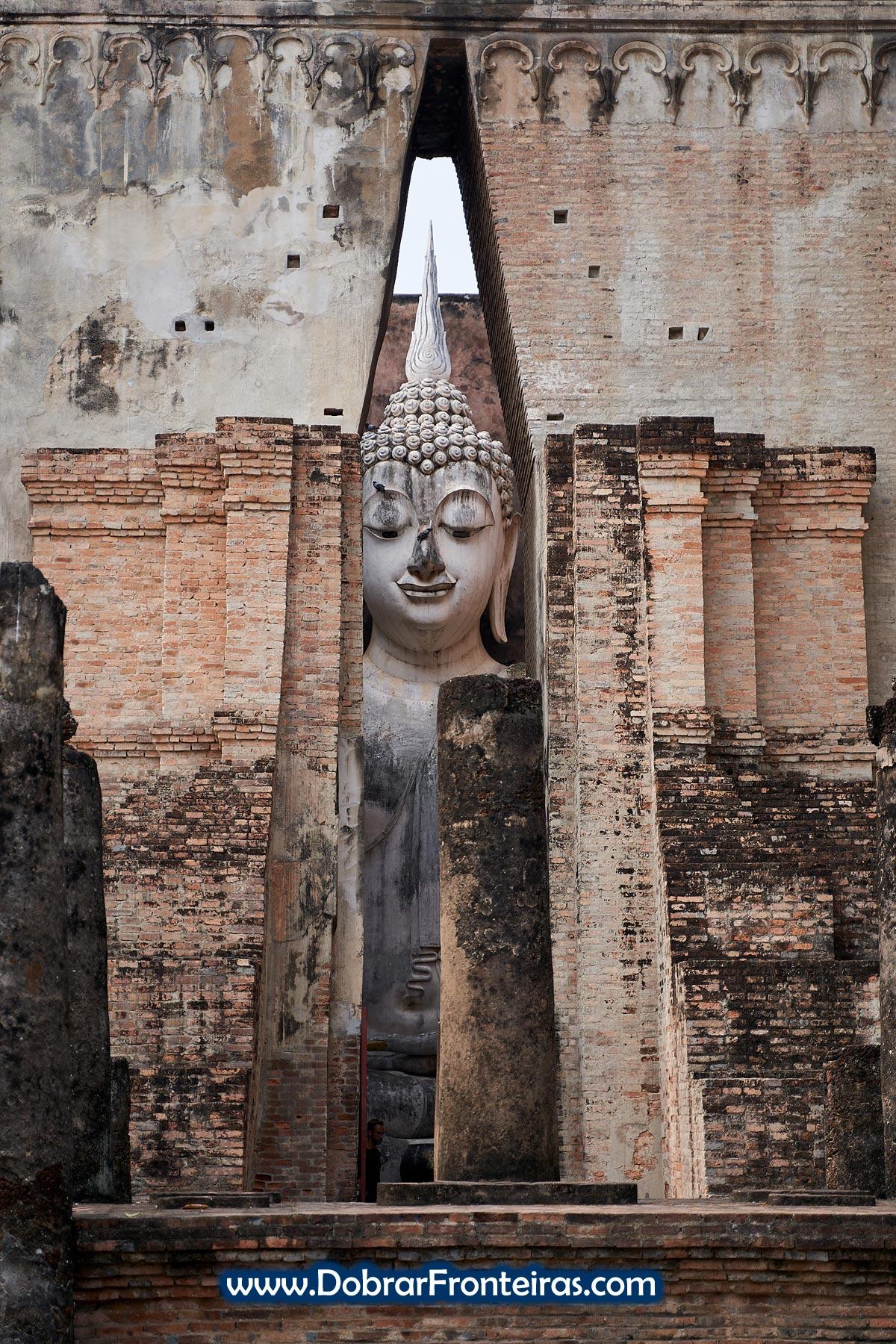 Estátua de Buda gigante a espreitar