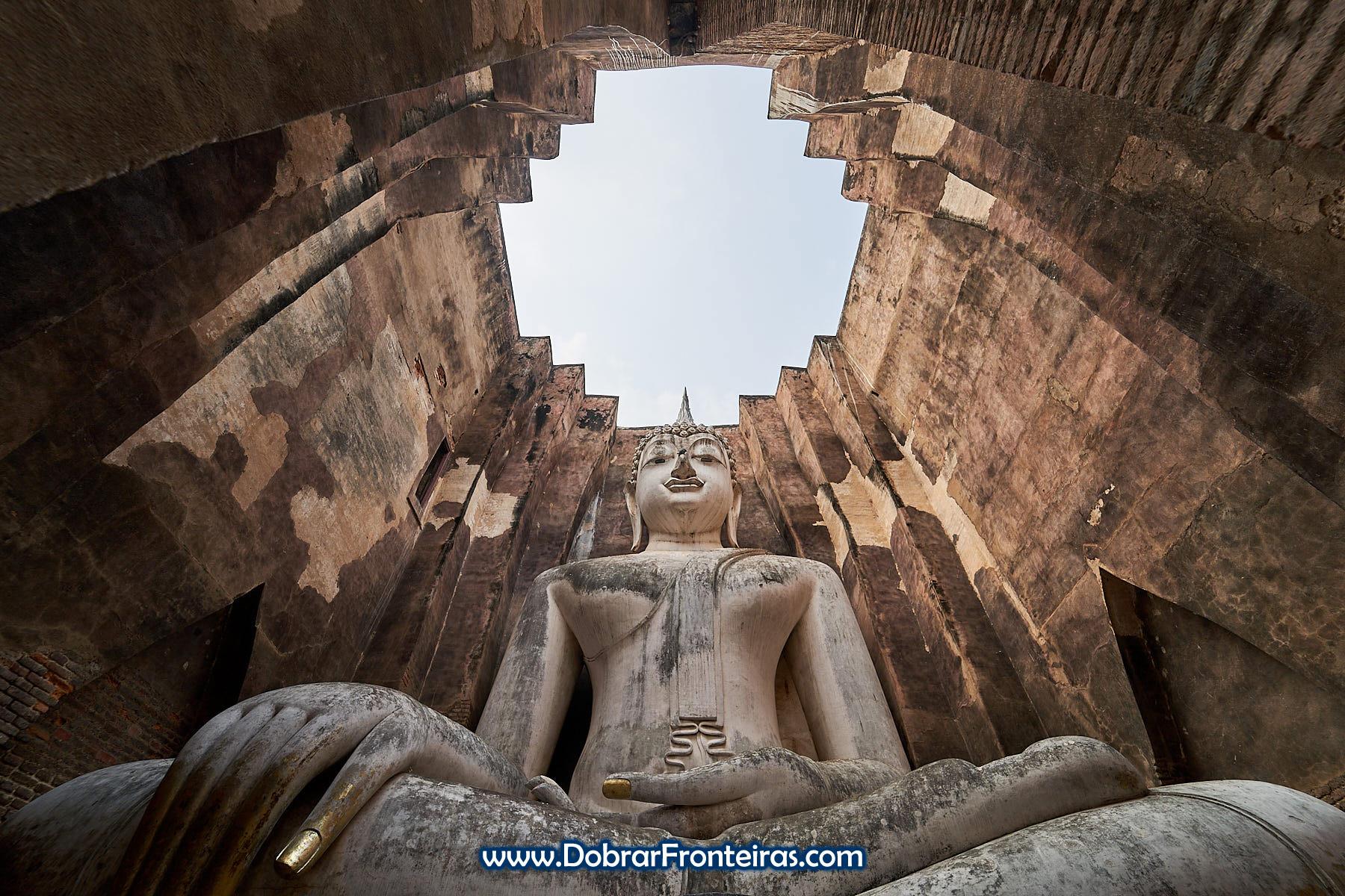 Estátua de Buda sentado gigante