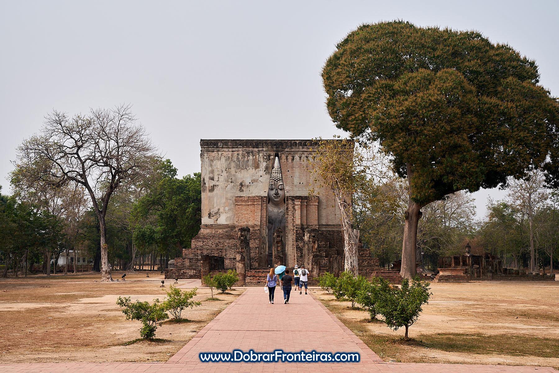 Templo com Buda e grande árvore