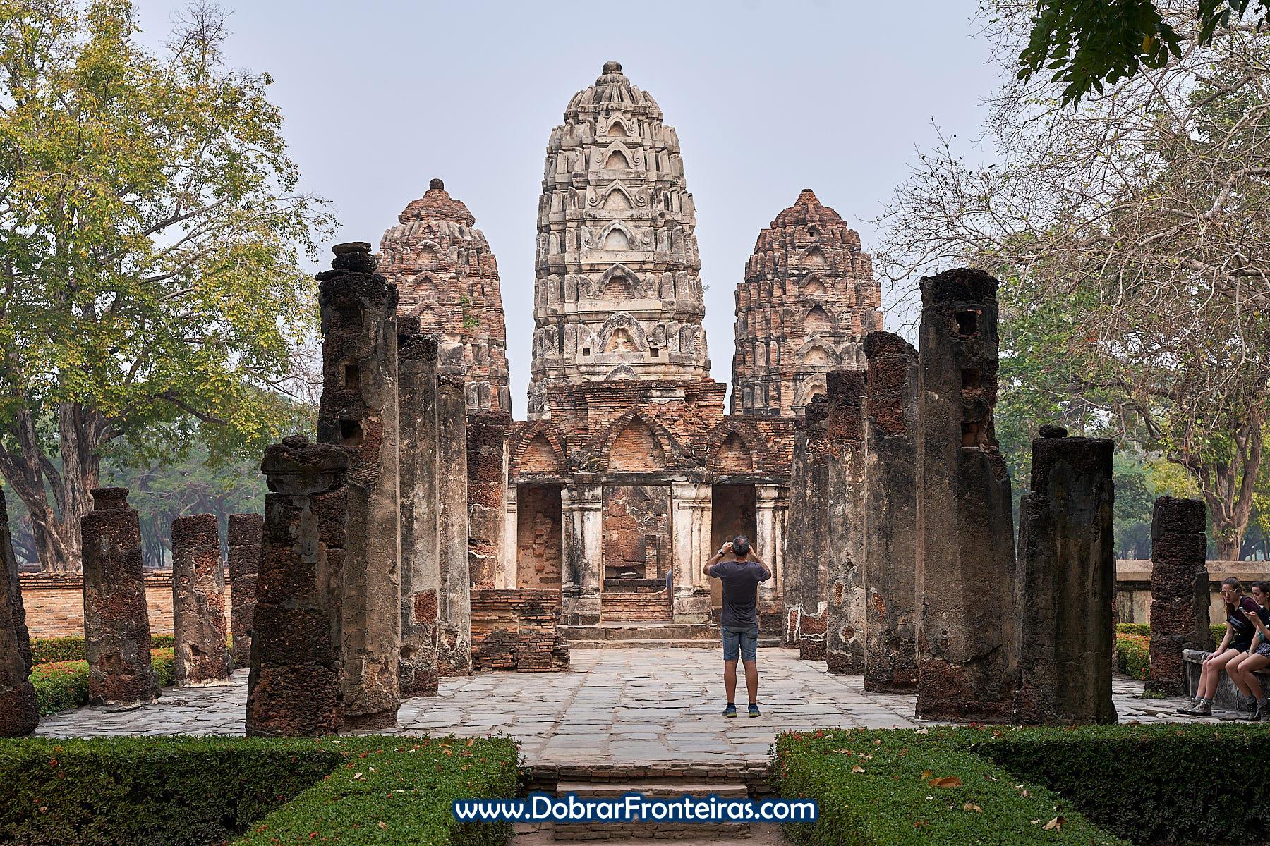 Ruínas com influência hindu no parque histórico de Sukhothai