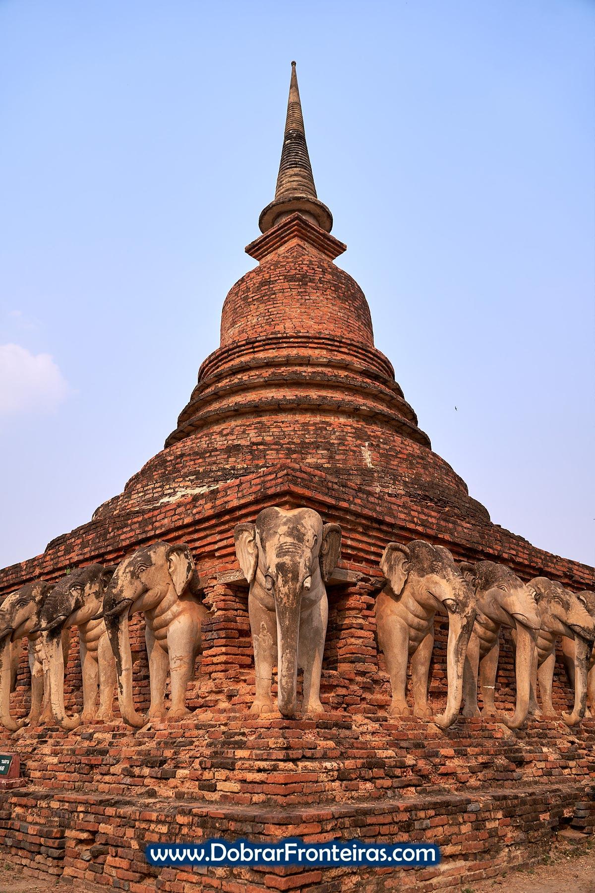 Estupa budista com elefantes em Sukhothai