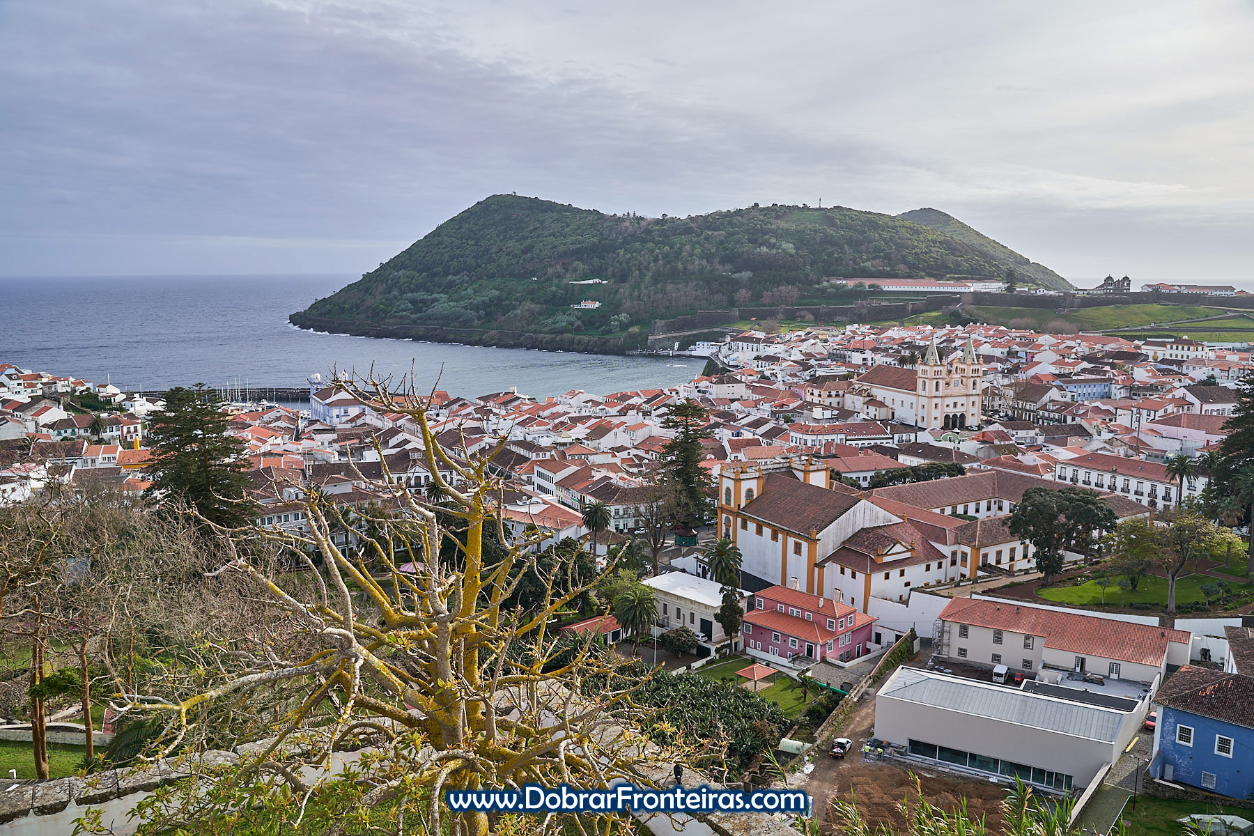 Vista panorâmica da cidade de Angra do Heroísmo com o Monte Brasil ao fundo