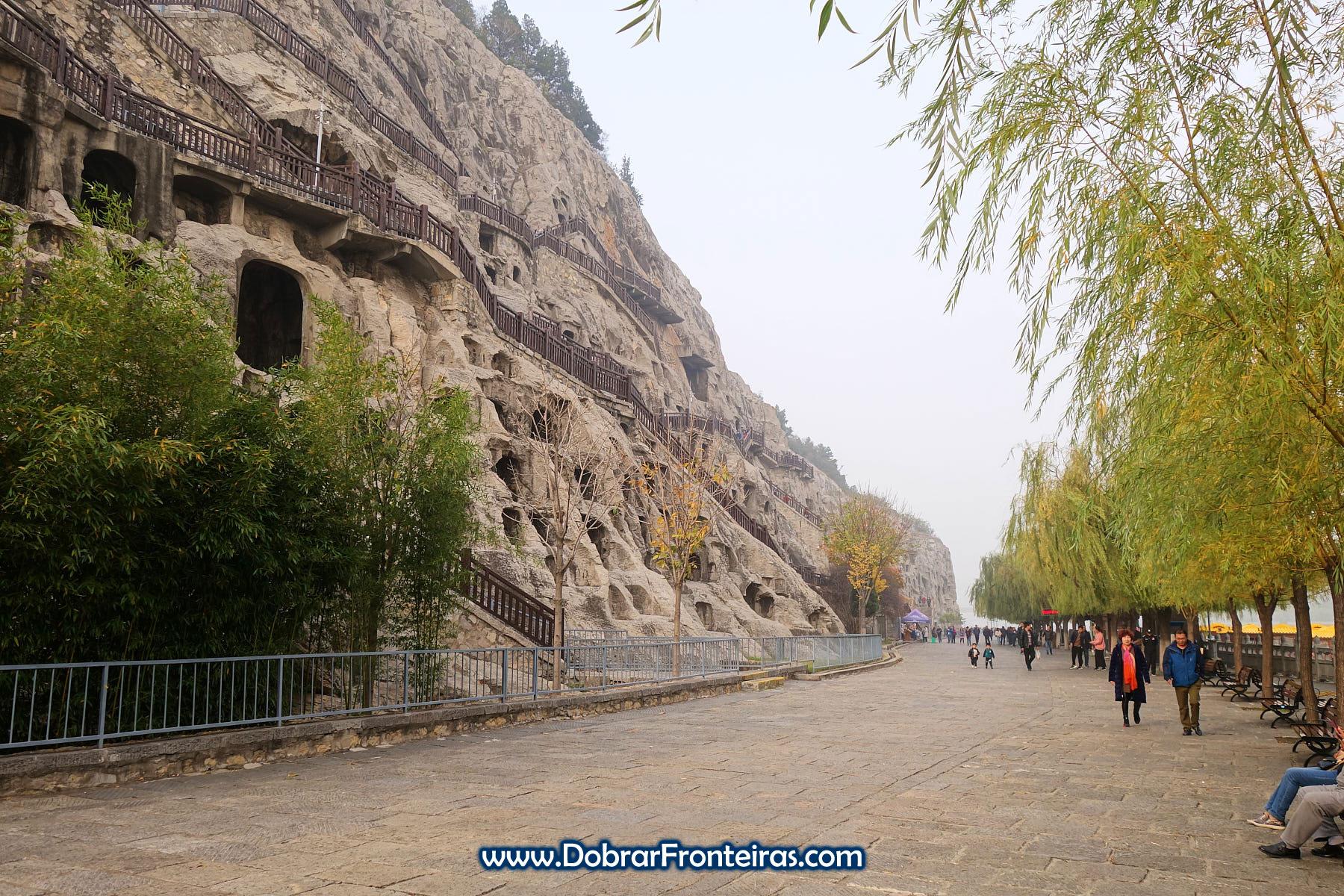 Turistas nas grutas budistas de Longmen