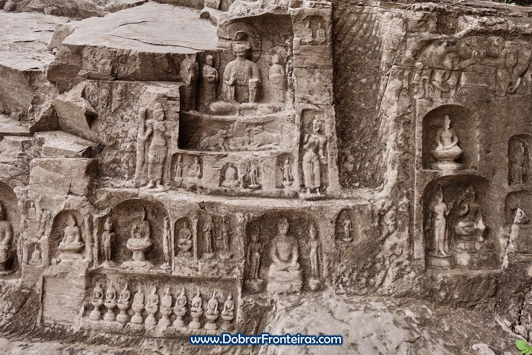 Baixos relevos com imagens de Buda