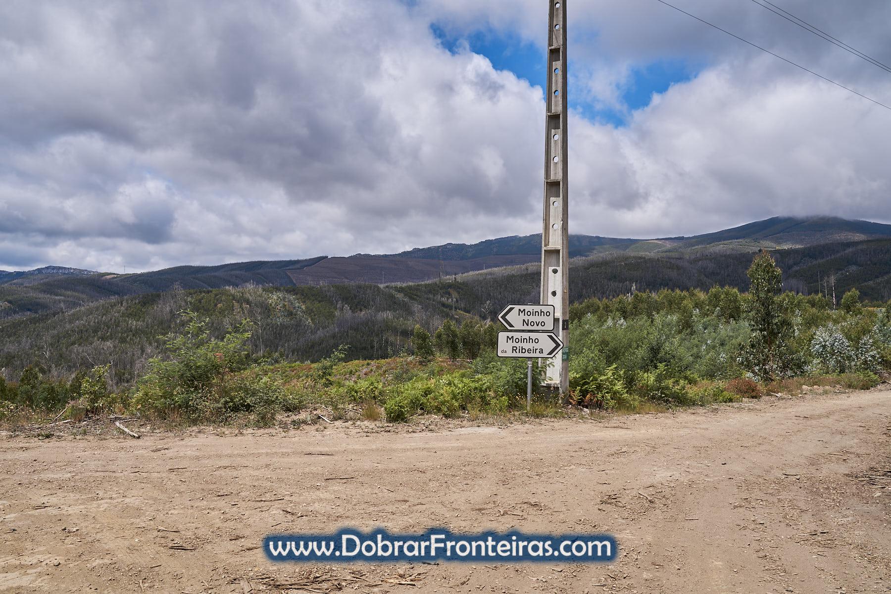 placas em estrada de terra batida na serra da Lousã