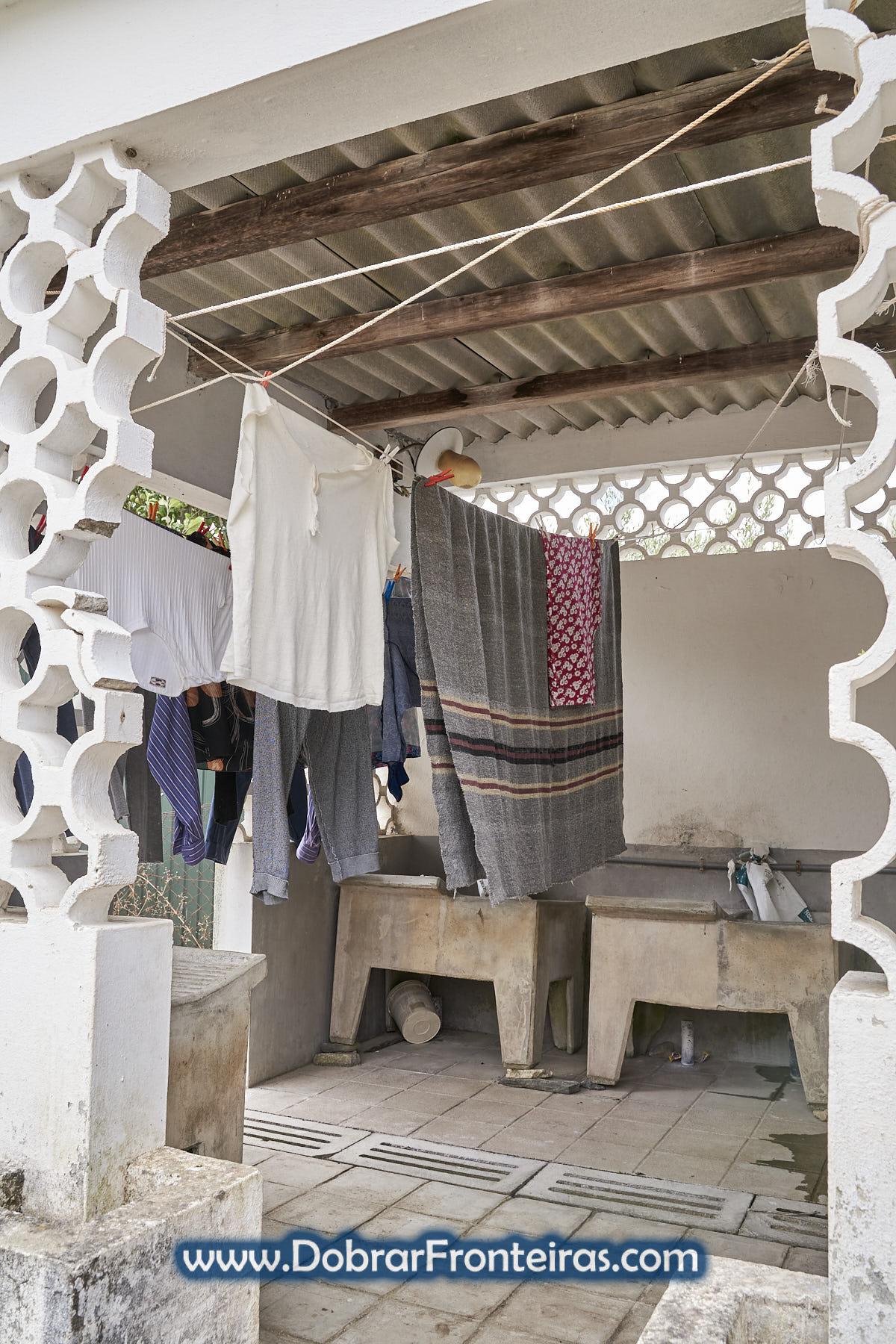 Lavadouro público com roupa estendida a secar