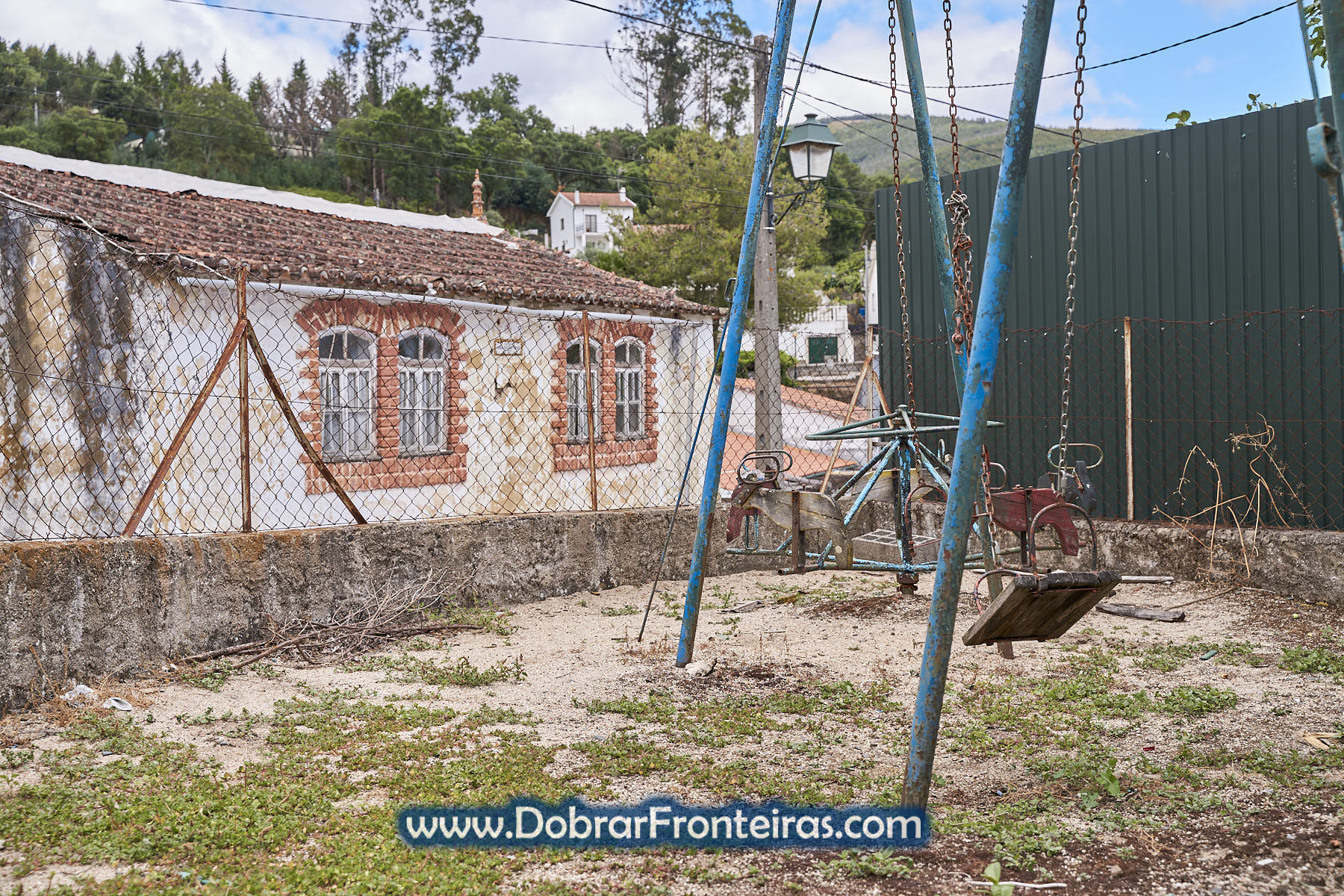 parque infantil abandonado e ruínas
