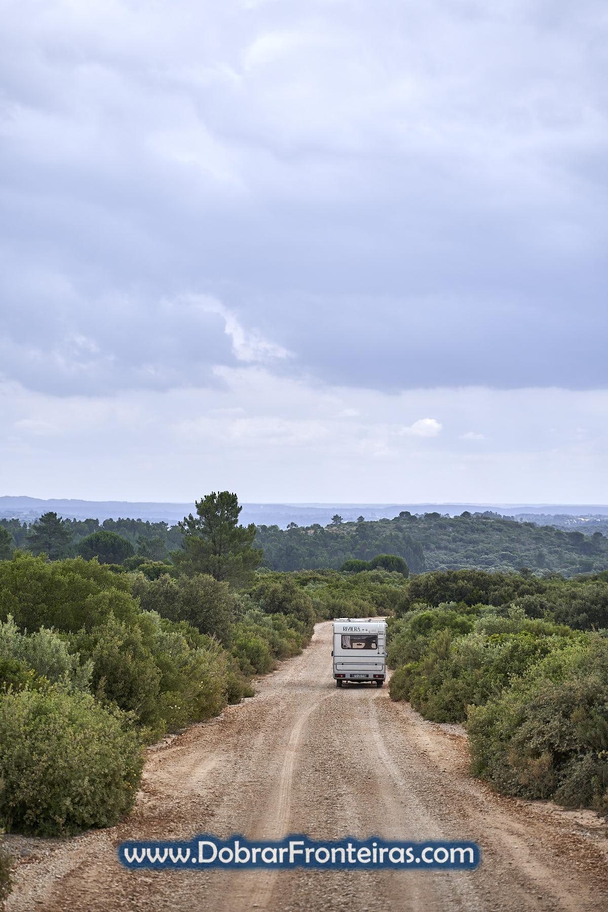 autocaravana em caminho na serra offroad