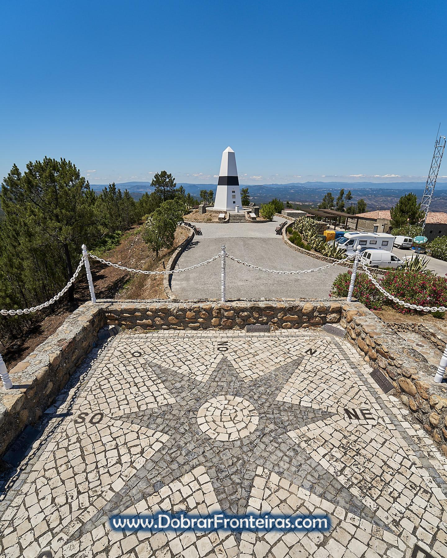 Centro de Portugal em VIla de Rei com rosa dos ventos em calçada e marco geodésico