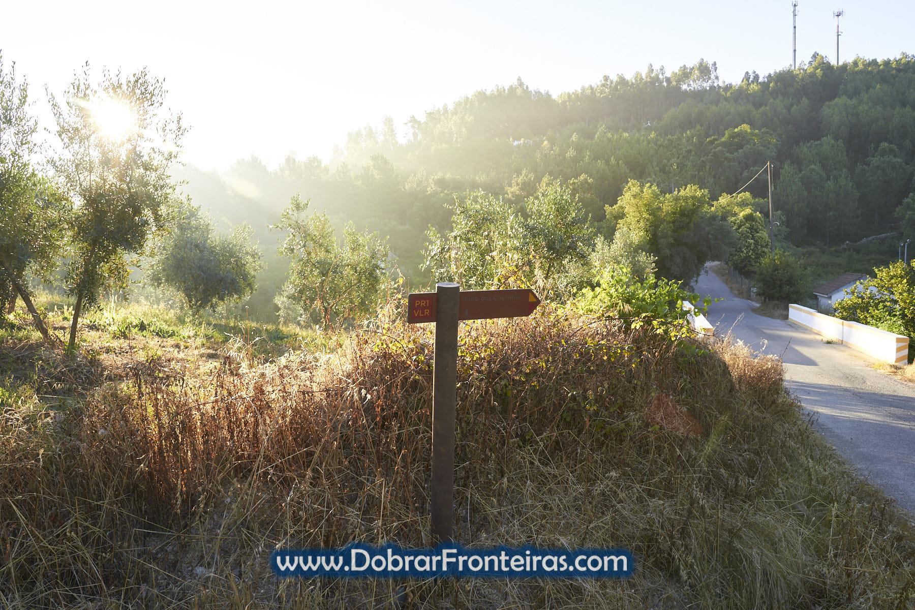 Placa do Trilho das Cascatas ao amanhecer