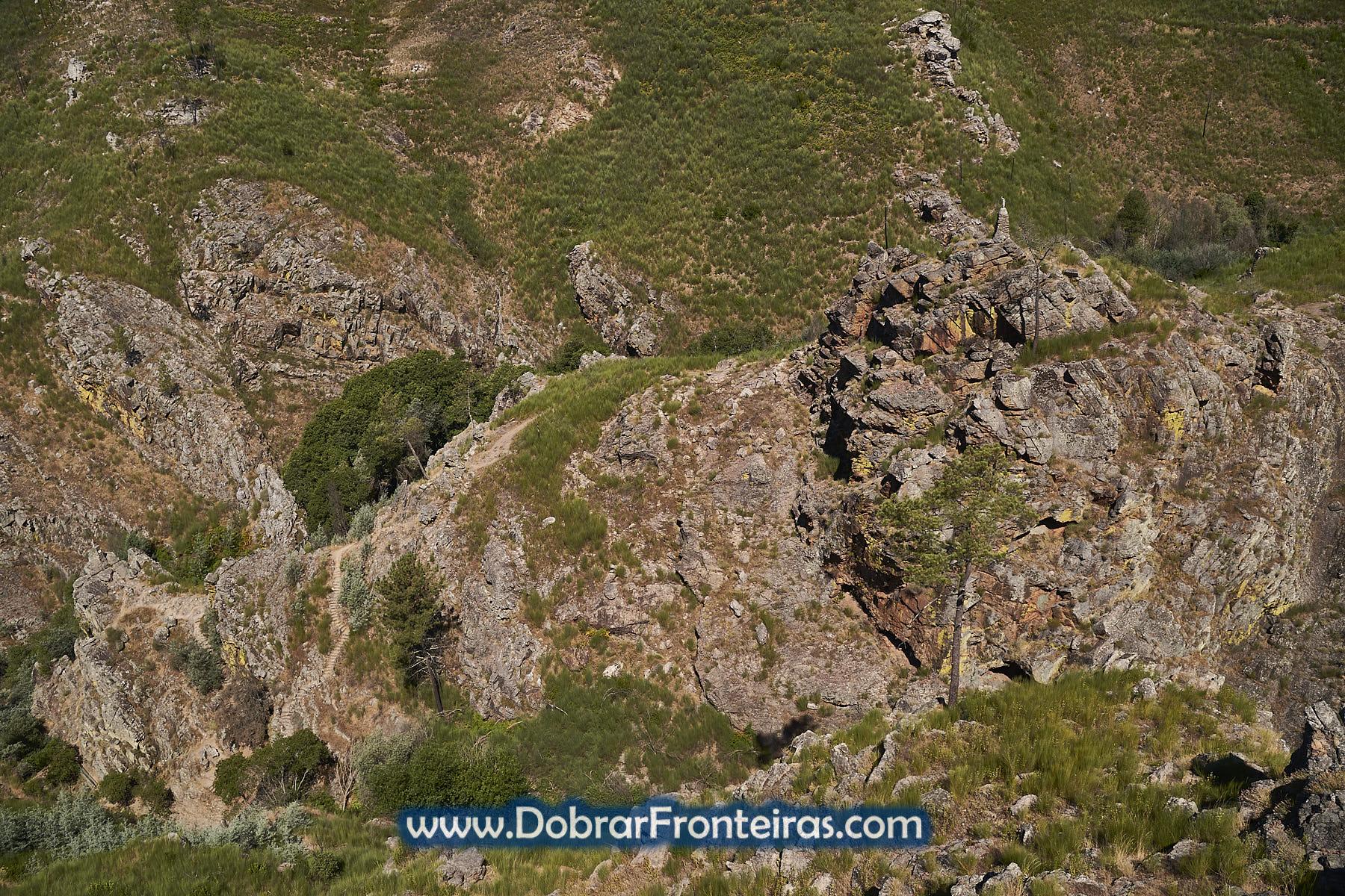 Miradouro das Fragas do Rabadão com rocha e estátua