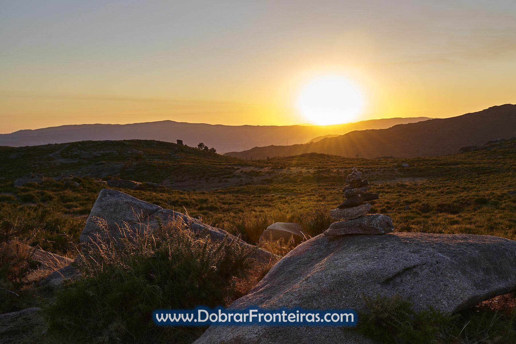 Por do Sol no baloiço do Mezio, com  monte de pedras