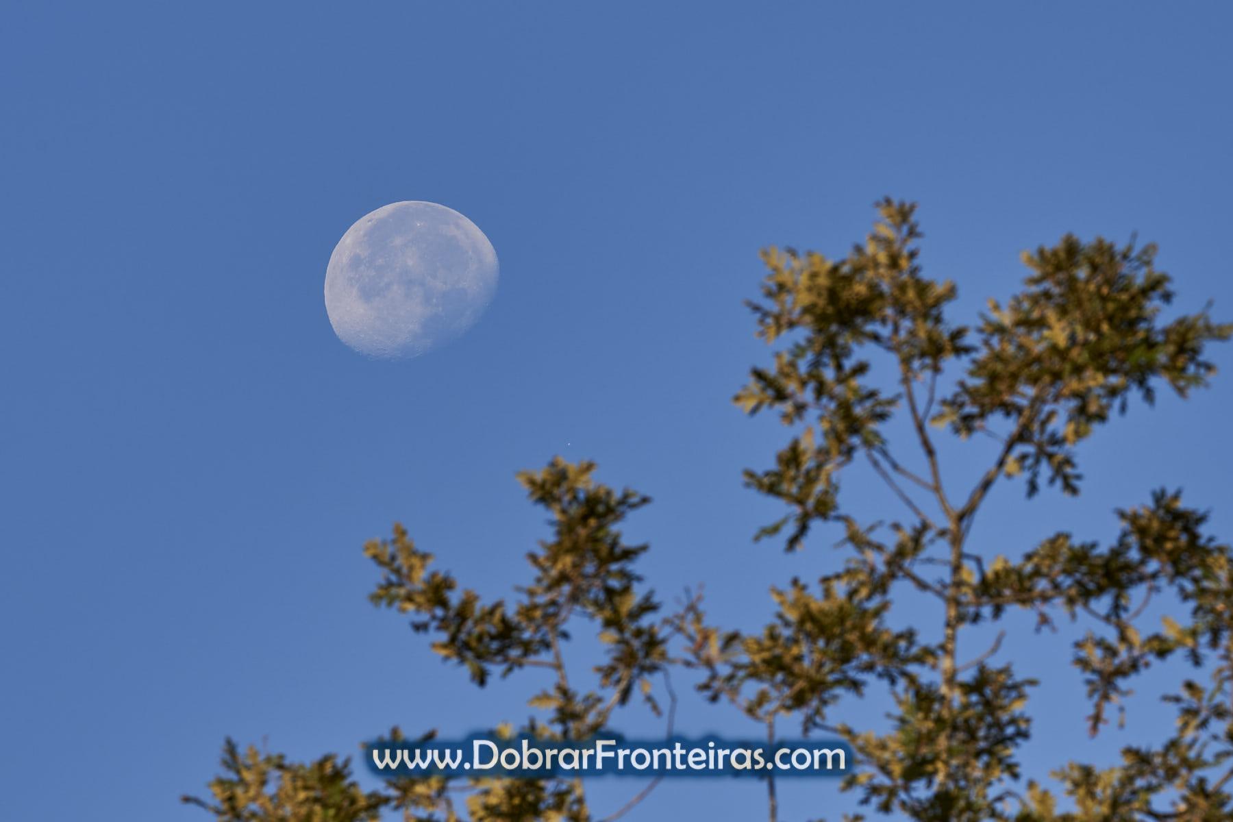 Lua durante o dia