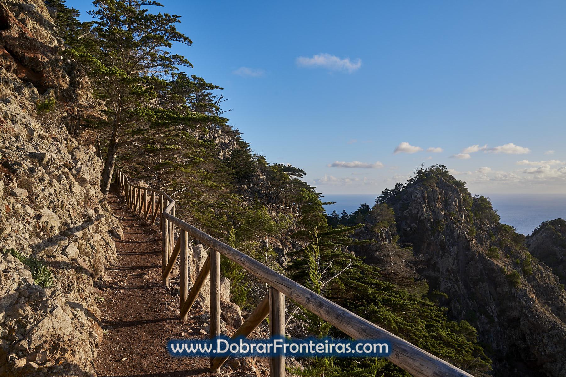 Percurso pedestre na ilha de Porto Santo com mar azul ao fundo