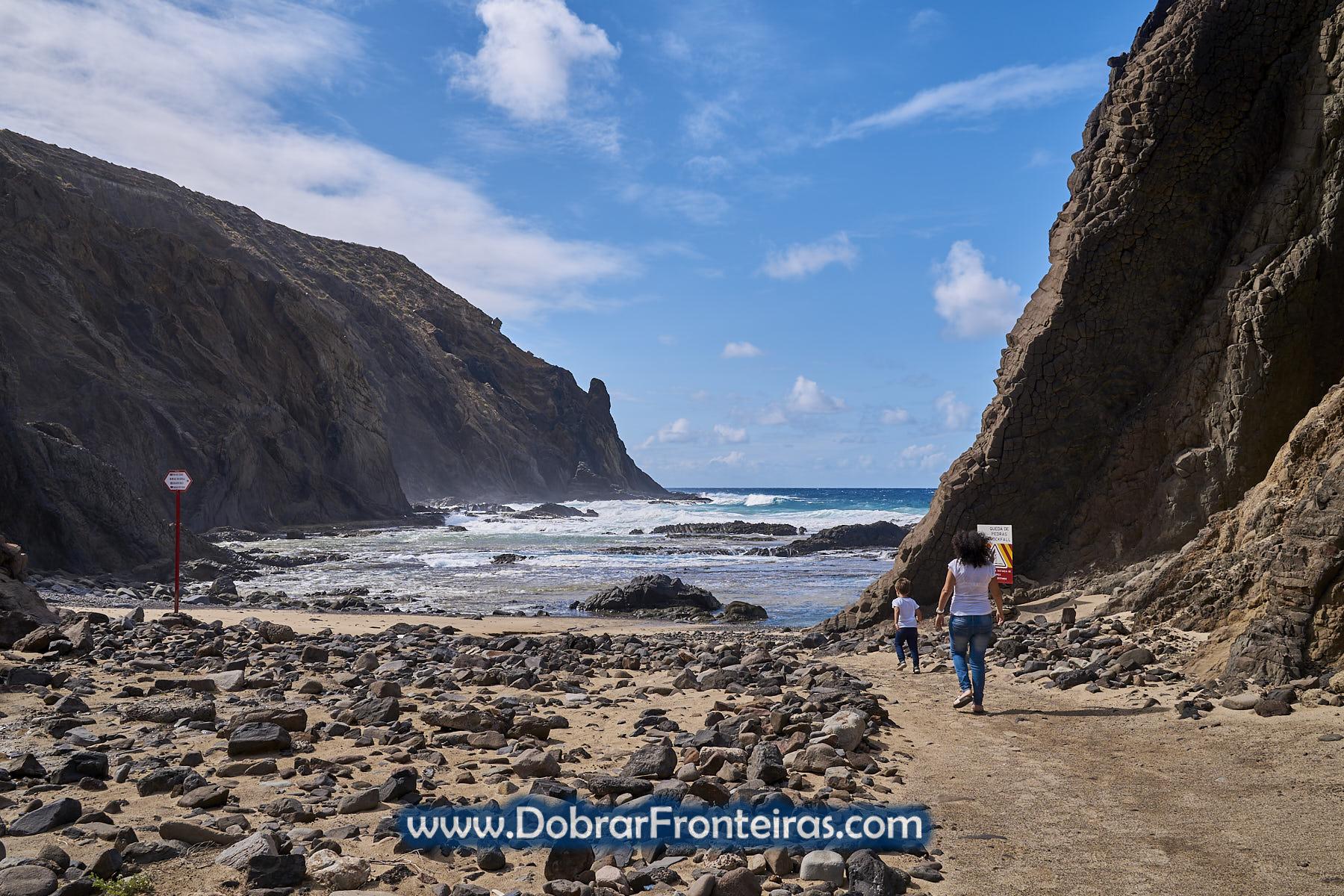Mãe e criança na praia rochosa do Porto das Salemas