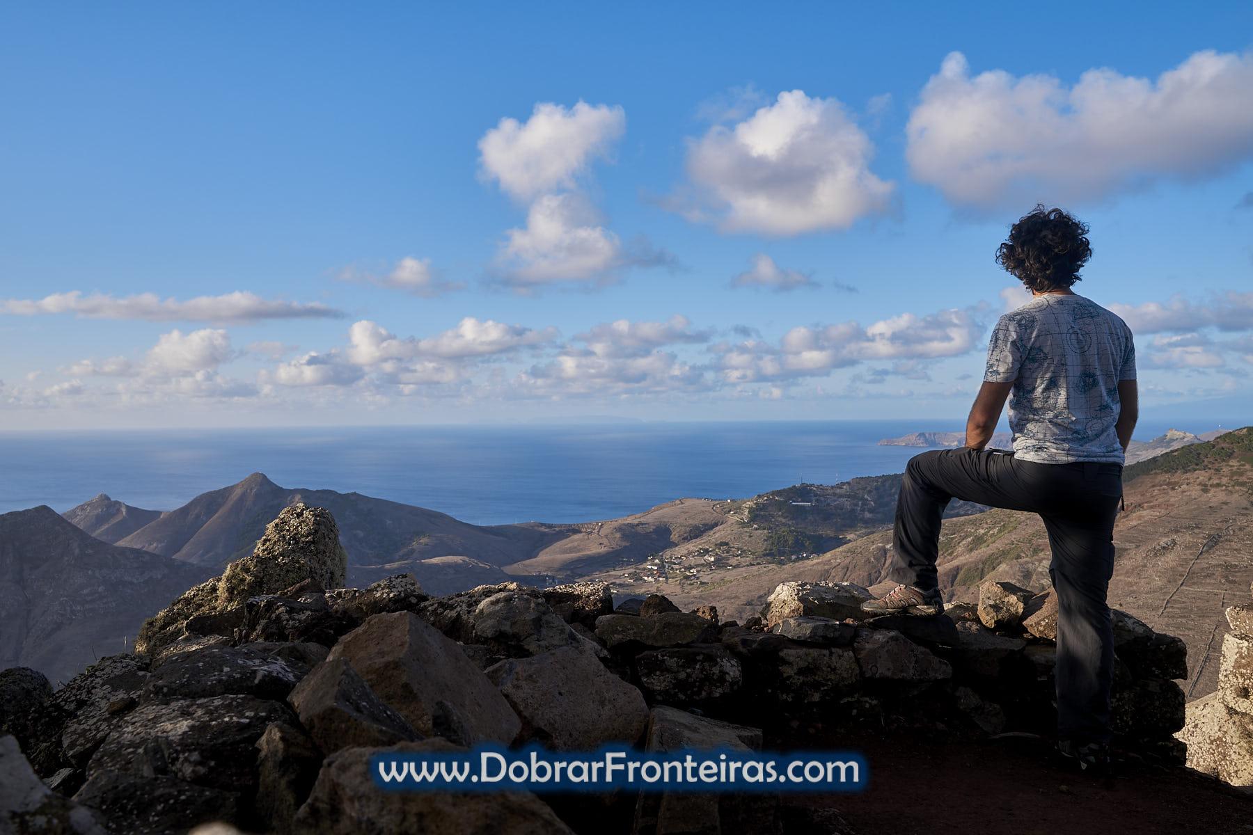 Caminhante a contemplar paisagem do Porto Santo no Picoo Branco