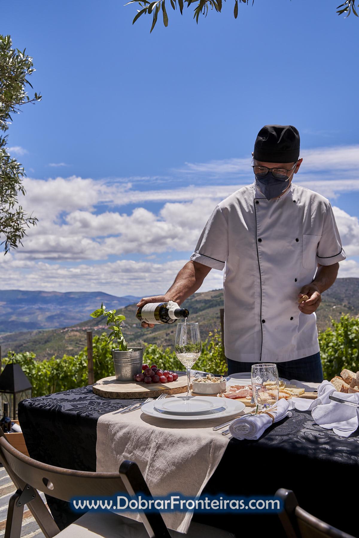 homem a servir como de vinho em mesa como comida na vinha