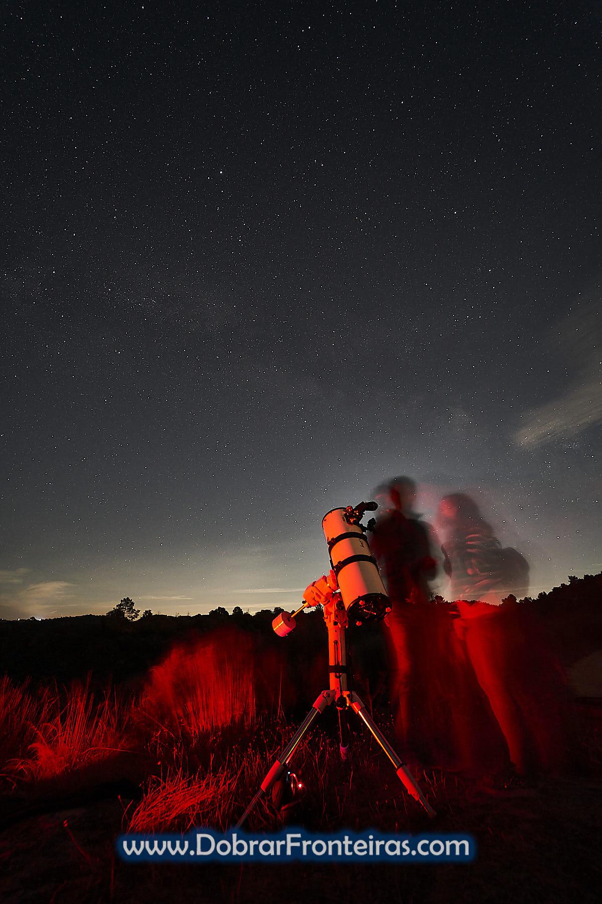 telescópio em observação de astros com céu estrelado