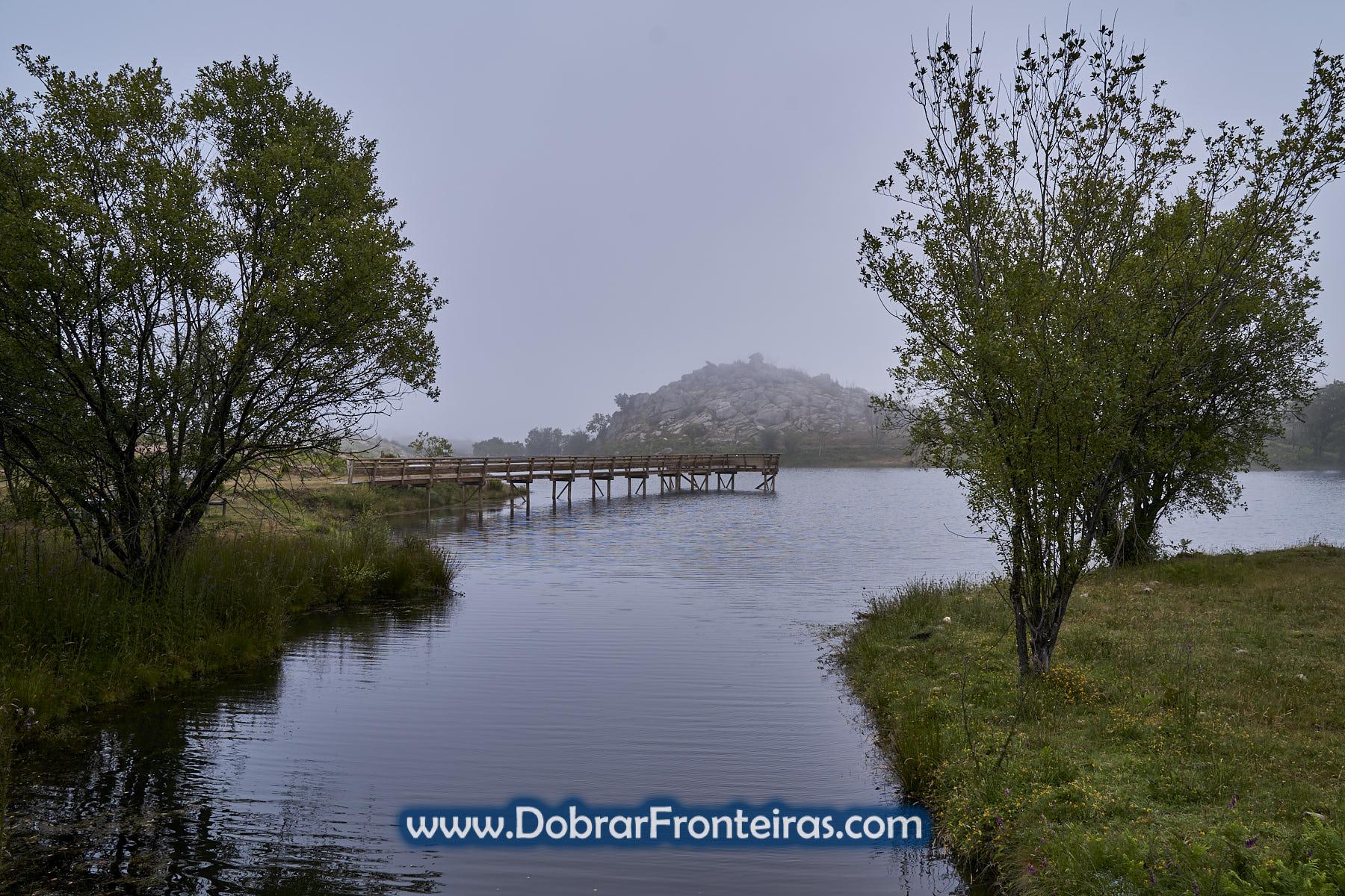 ponte de madeira em barragem em dia nublado