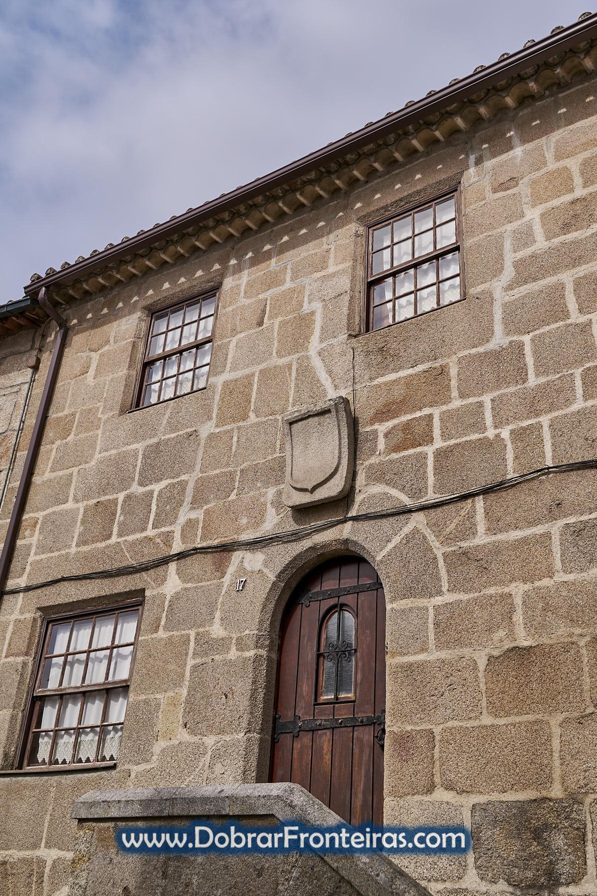 casa de granito com brasão dos Távoras