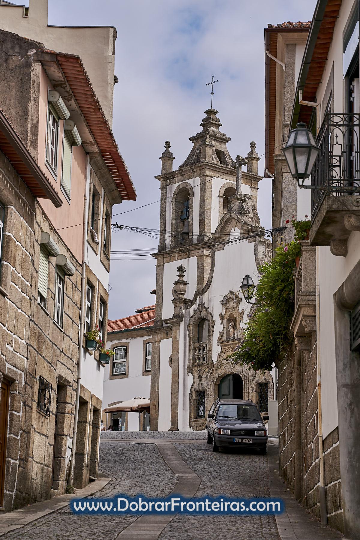 Rua de Vouzela com igreja e carro classico