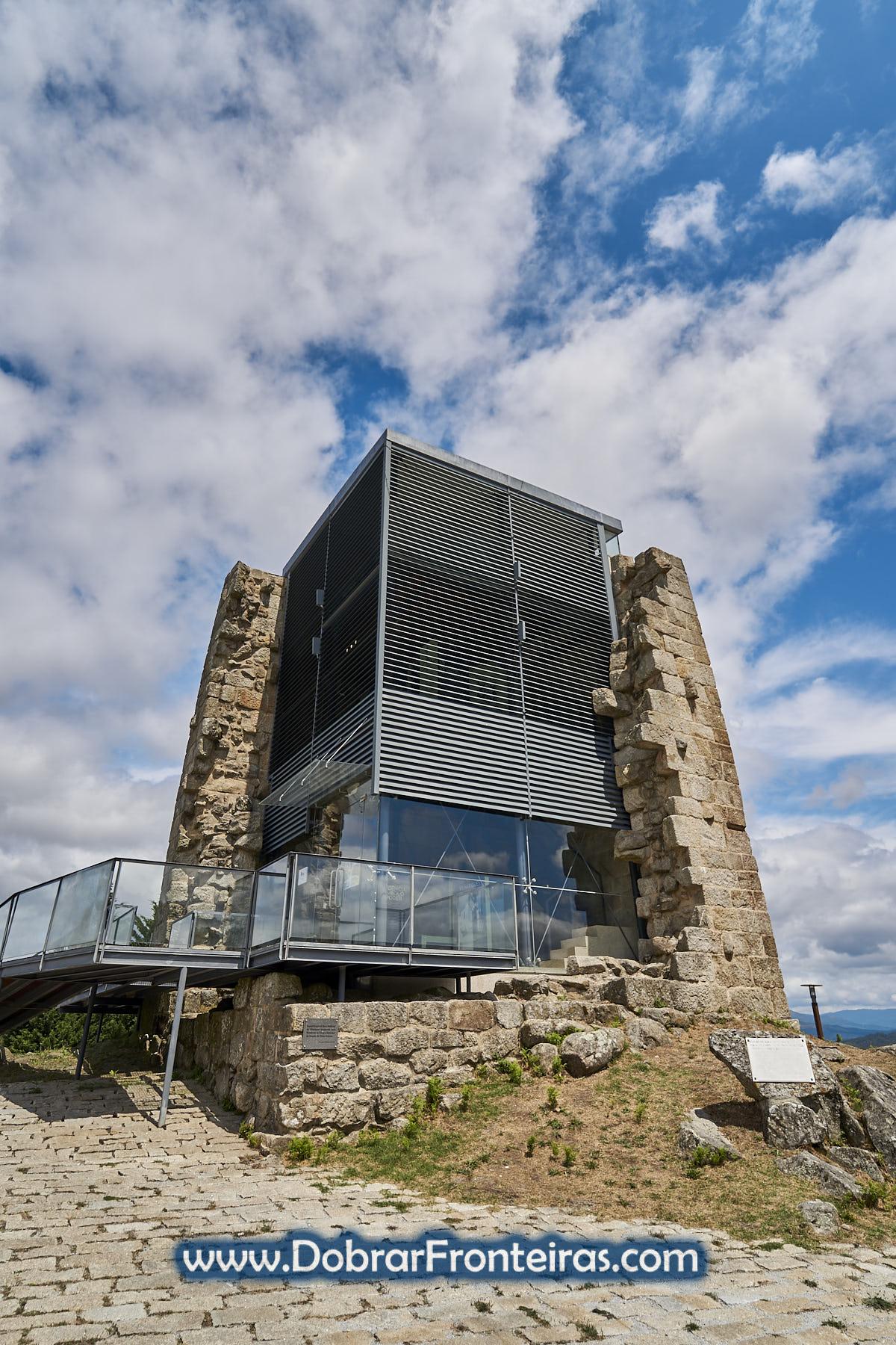 Torre medieval com reconstrução em vidro