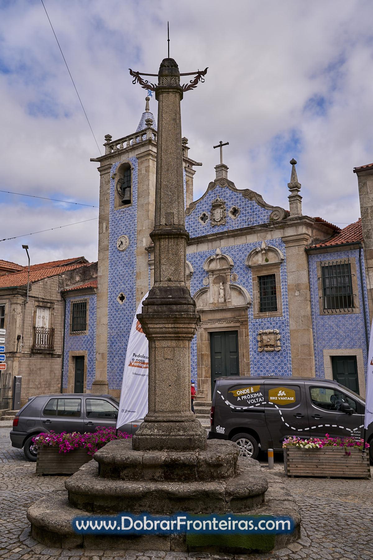 Pelourinho e igreja com azulejos azuis